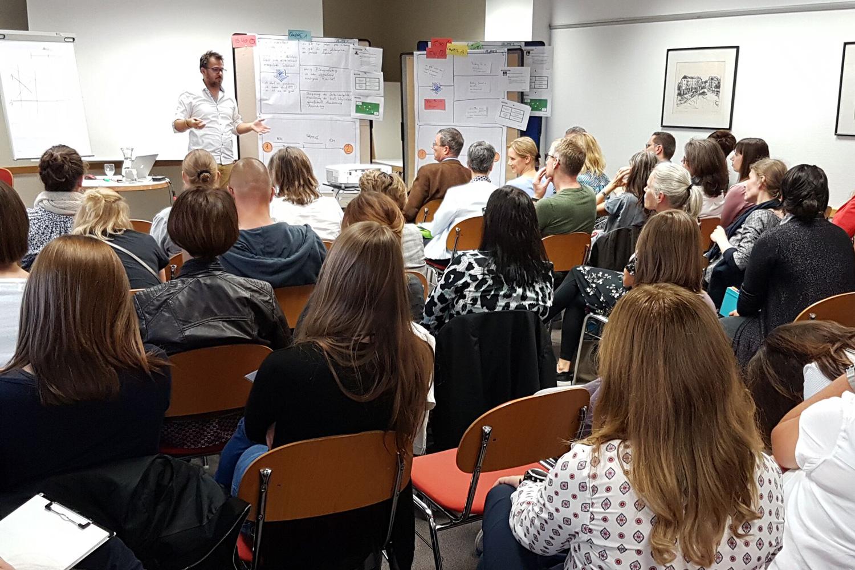 Georg Braun bei Workshop, große Menge Menschen im Vordergrund
