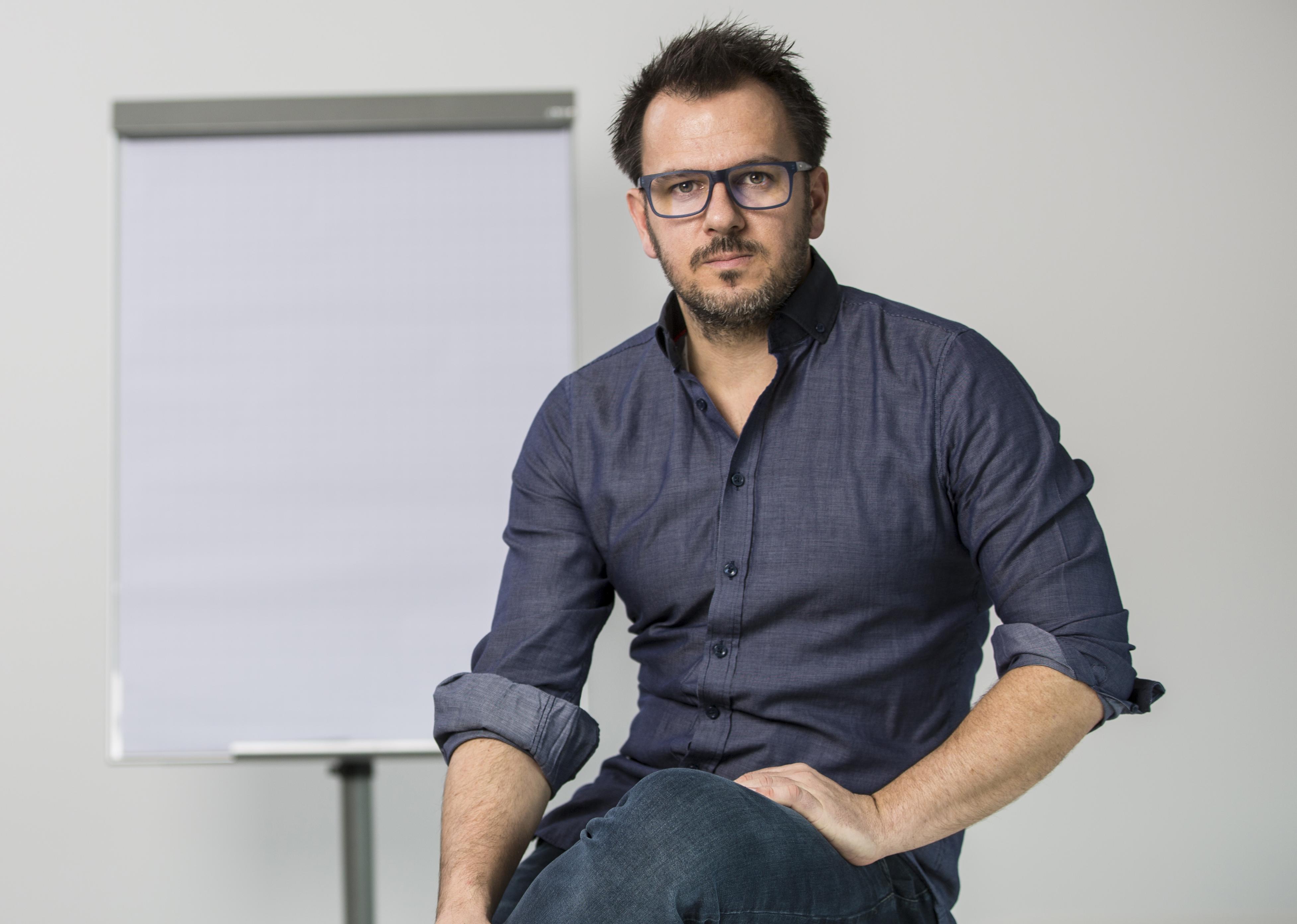 Portrait Georg Braun vor einer Flipchart
