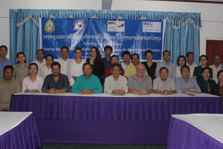 Gruppenbild mit vielen Menschen in Laos