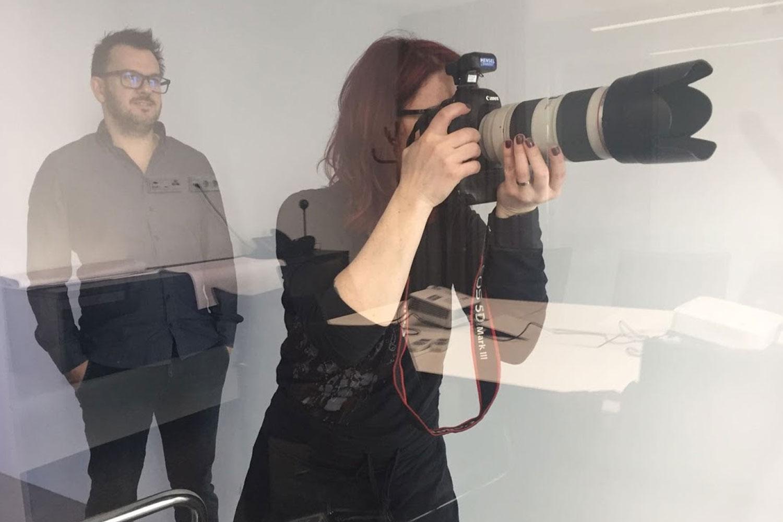 Georg Braun und Afra Hämmerle Loidl bei Shooting, Afra beim Fotografieren und Georg im HIntergrund