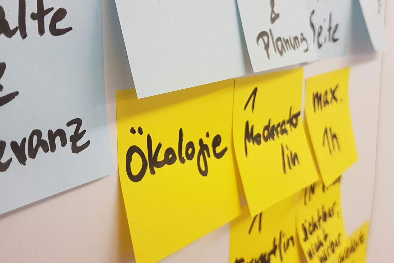 Postit auf Wand mit Workshop Ergebnissen