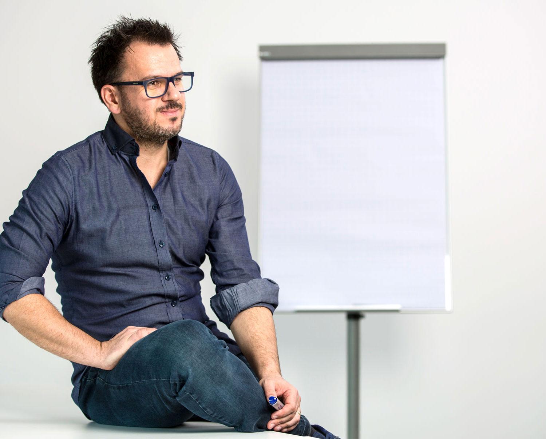 Georg Braun sitzt vor einer Flipchart