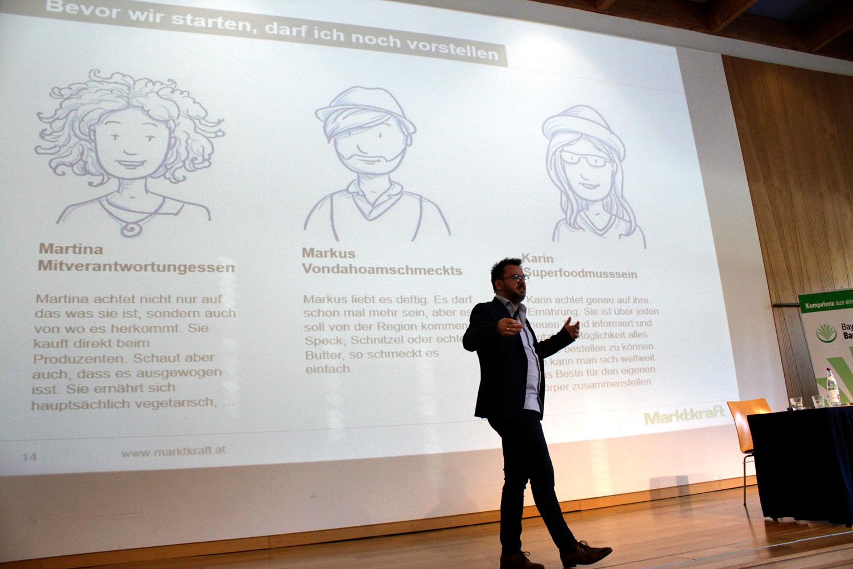 Georg Braun bei Vortrag in München vor großer Projektion